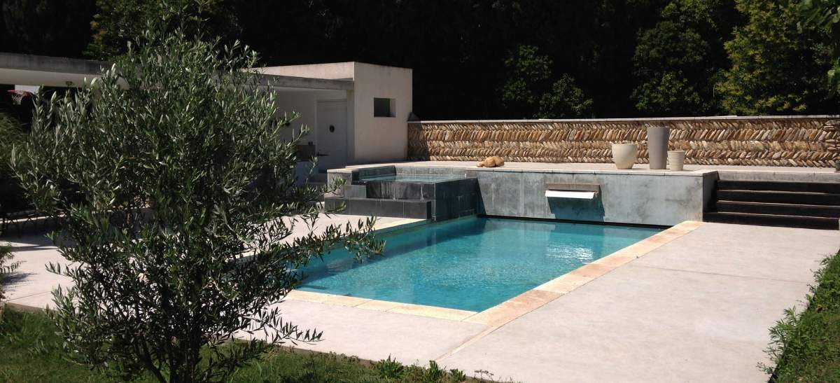 Piscine avec spa d bordement et pool house agence for Piscine surelevee