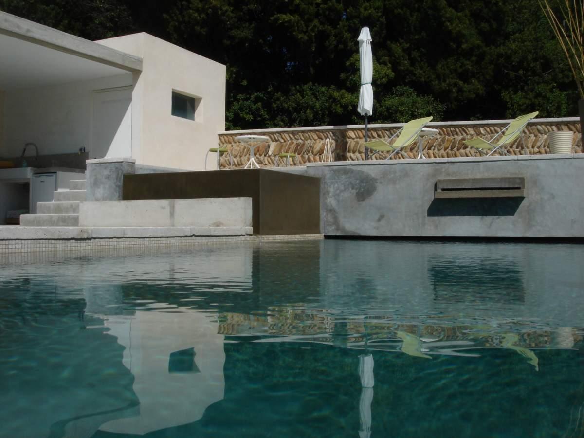 réalisation d'une piscine avec spa à débordement et pool house à