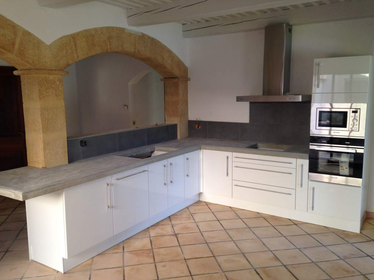 pose d 39 un plan de travail dans une cuisine grans agence architecture provence philippe serre. Black Bedroom Furniture Sets. Home Design Ideas
