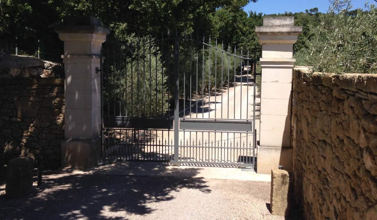 R alisation d 39 un portail avec piliers et mur en pierres for Eclairage mur exterieur